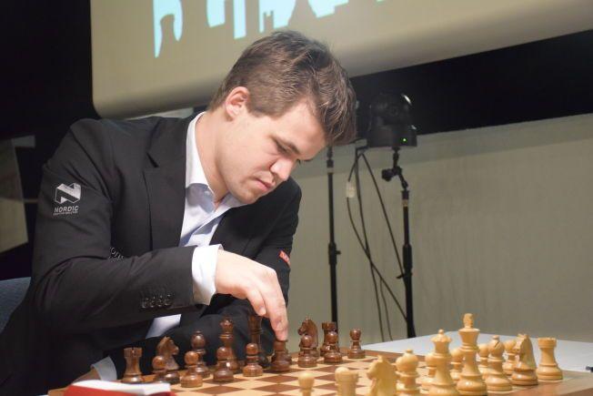I MODUS: Magnus Carlsen retter på brikkene før tirsdagens parti mot Levon Aronian.