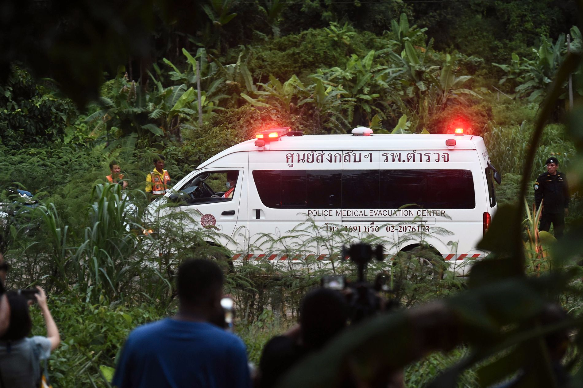 MYE TRAFIKK:  En ambulanse kjører ut fra grotteområdet i Tham Luang mens redningsaksjonen pågår for å redde ut de 13 menneskene som er fanget i den oversvømmede grotten i Chiang Rai-provinsen i Thailand.
