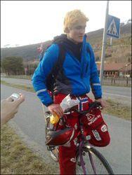 TRÅKKER PÅ: VG Nett møtte klimaruss Ole Kristian Årdal (19), som sykler 380 kilometer for å feste. Foto: Alexander Nyhagen
