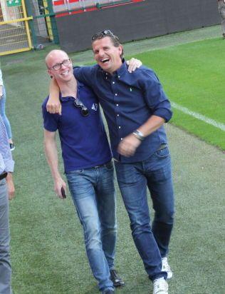GODT HUMØR: Tarje Nordstrand Jacobsen og tidligere Molde-spiller Ole Erik Stavrum så Moldes trening i Liege fra tribunen.