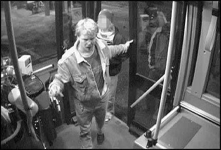 1 - BLØR: Dette overvåkingsbildet av Kjetil Rusvik er tatt noen minutter etter at han ble banket opp på en annen buss på Holmlia. Bildene viser tydelig at han blør i ansiktet.