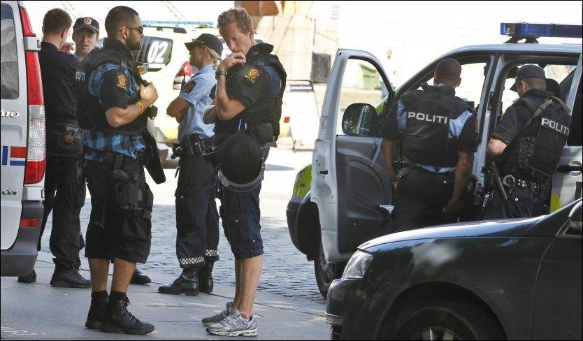 MED VÅPEN: Politiet her fotografert under operasjonen da en bombelignende gjenstand ble oppdaget på en bil ved den amerikanske ambassaden i Oslo tidligere i år. Foto: Nils Bjåland