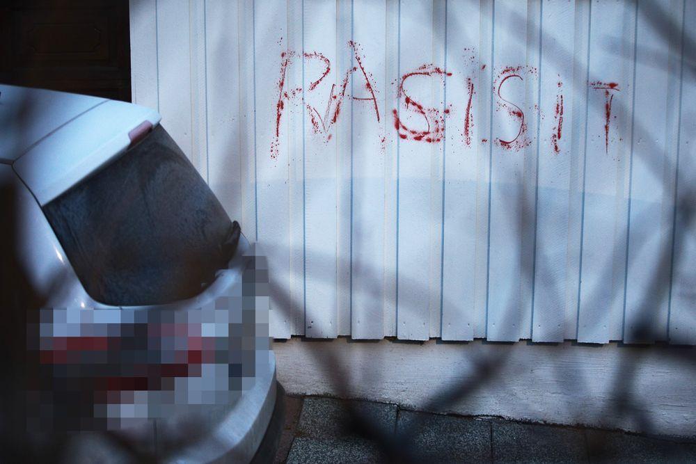TIDLIGERE: Ordet «rasist» ble tagget på veggen på Waras bolig og på bilen i desember i fjor.