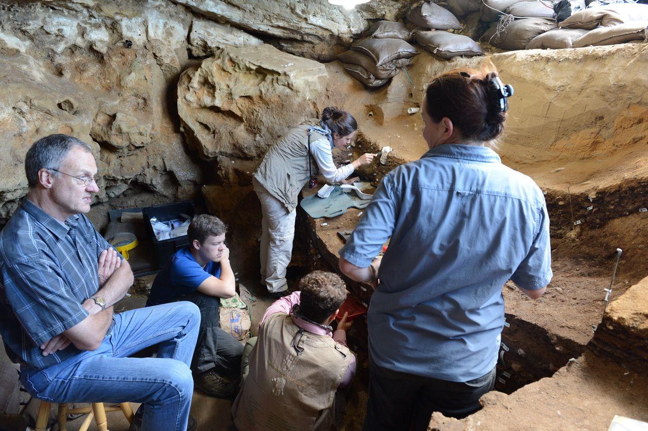 I GROTTEN: Professor Chris Henshilwood og forskerteamet under arbeid i Blombos-grotten I sørlige Cape, Sør-Afrika, hvor tegningen ble funnet.