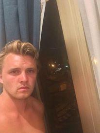 Petter Ødegaard befinner seg i Nice. Bak han er hotellet AC NICE, som er rett på oversiden av strandpromenaden.