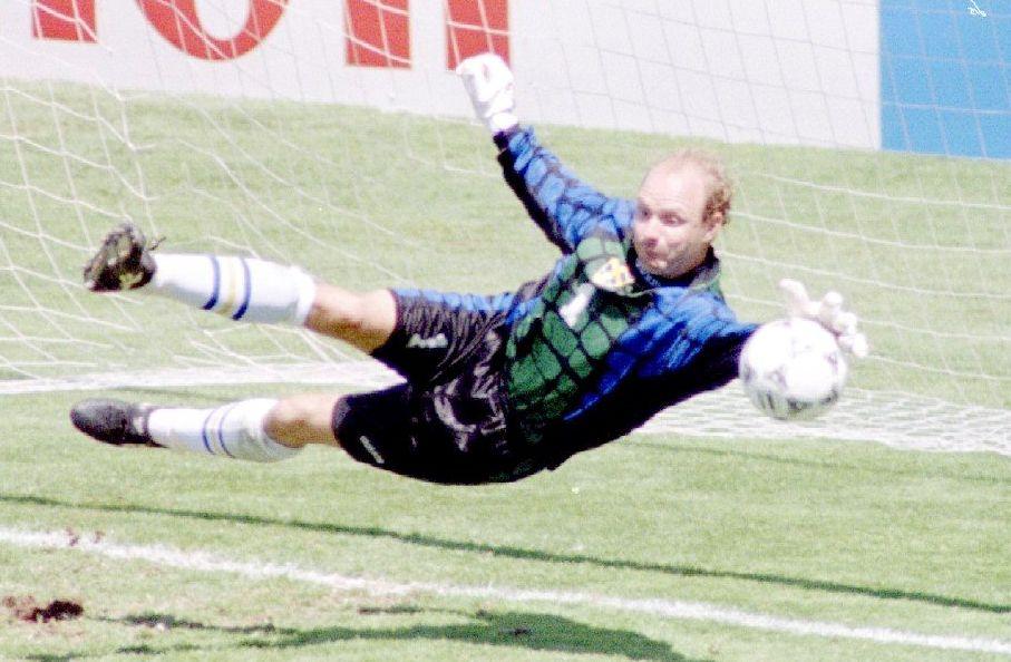 FULL STREKK: Thomas Ravelli, her fra kvartfinalen mot Romania i 1994.