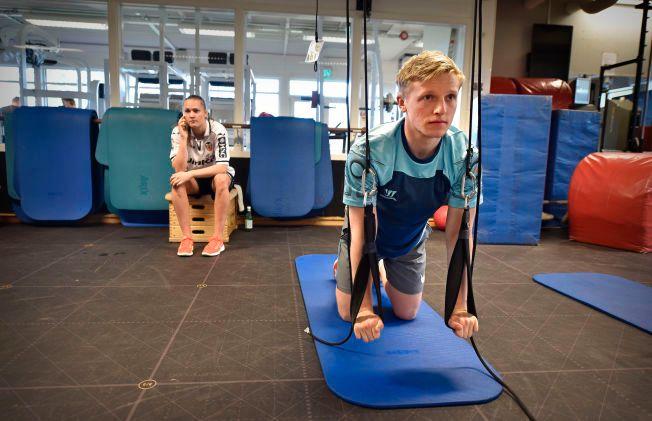 SKADEMARERITT: Mats Møller Dæhli har slitt med «jumper's knee» nesten i hele år. Nå er det klart at han må opereres og vil være ute i lang tid. Her er han fra en treningsøkt i Oslo sammen Caroline Graham Hansen i sommer.