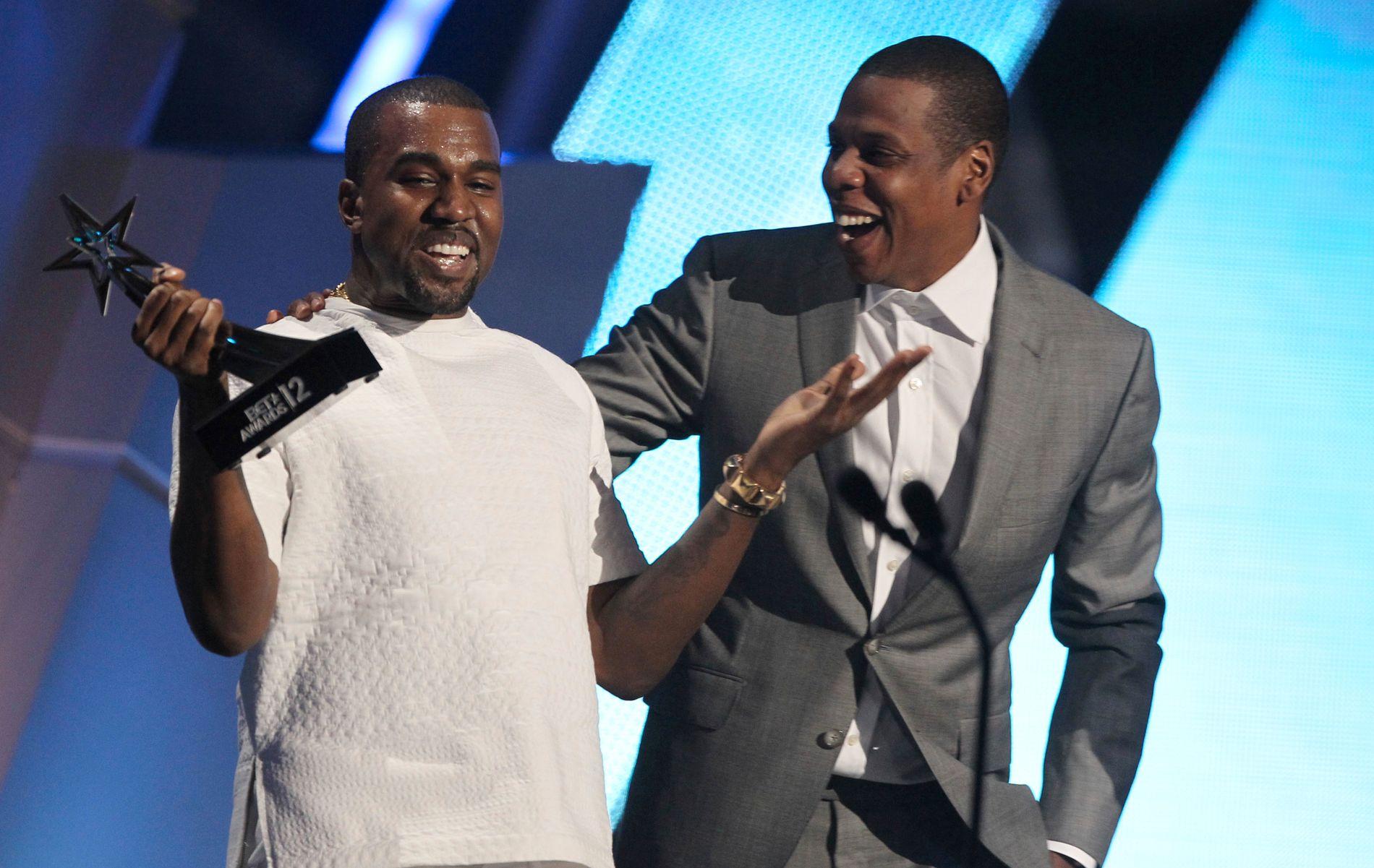 JOVIALT: Bestekompisene Kanye West (til venstre) og Jay-Z har ifølge TMZ havnet i en bitter pengestrid. Her er de avbildet under mer joviale omstendigheter under BET Awards i 2012.