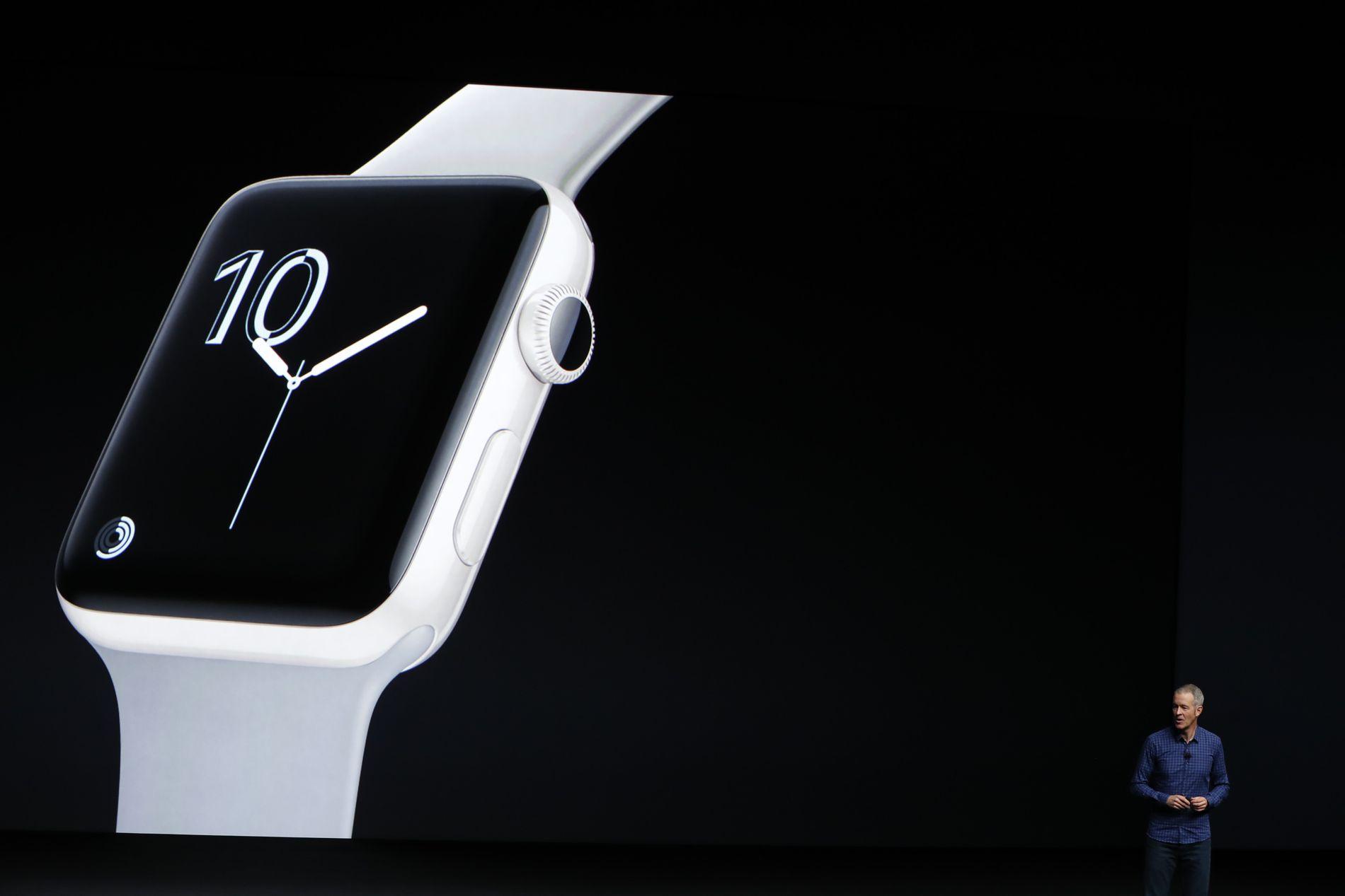 ADVARER: – Det er minst tre grunner til at foreldre ikke burde kjøpe smartklokker til ungene og at myndighetene burde reagere kraftigere på salget av dem, skriver kronikkforfatteren. Her fra lanseringen av Apple Watch Series 2 i San Francisco 7. september i fjor.