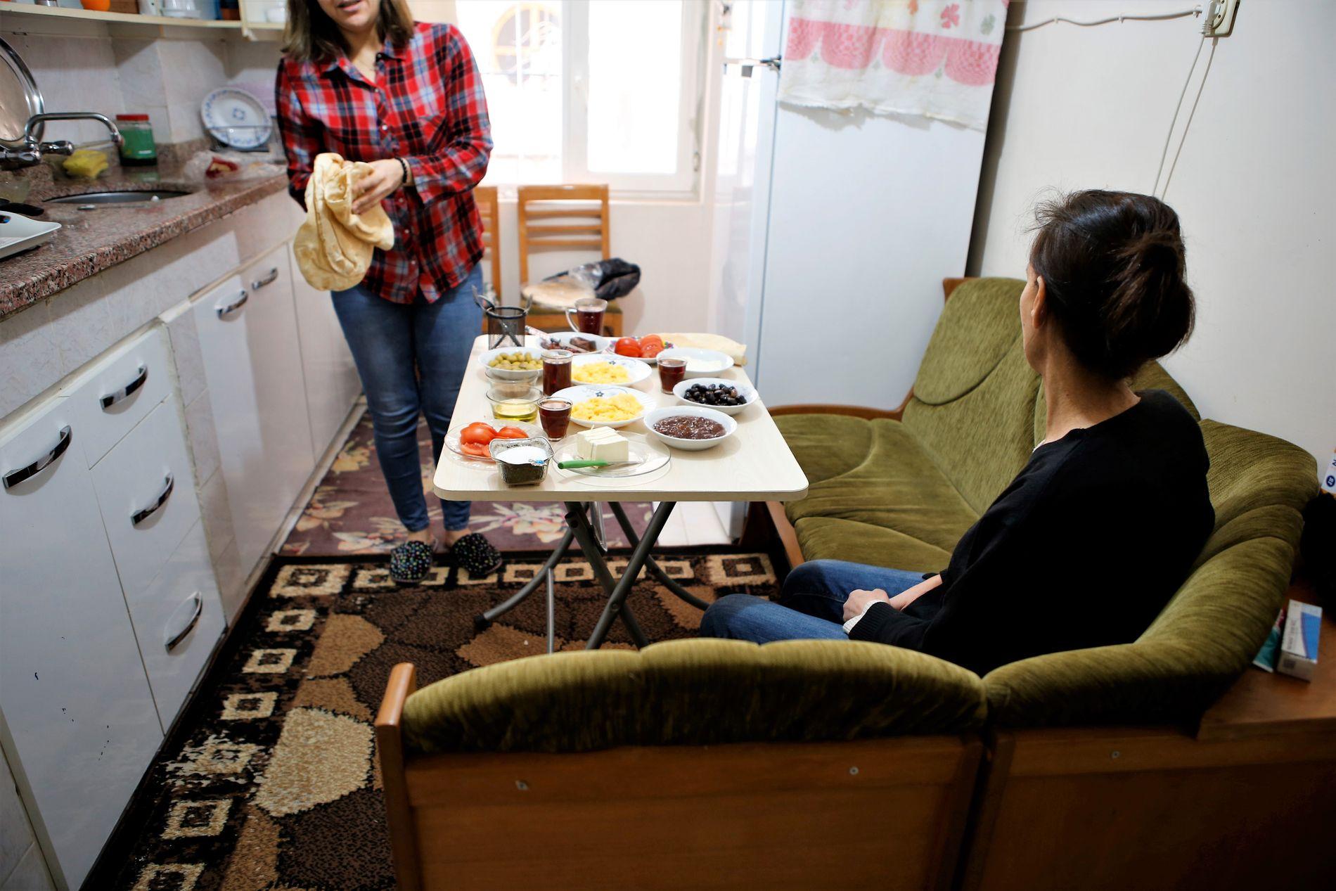 SAMBOERE: «Noor» og Mune ble venninner på sykehuset etter at de hadde vært gjennom levertransplantasjonen. Siden har de bodd sammen i en leilighet i Malatya i Tyrkia.