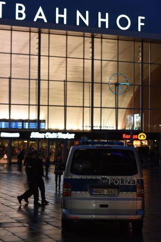 KØLN: Her, utenfor jerbanestasjonen i Køln, har flere hundre kvinner anmeldt at de ble overfalt nyttårsaften. Siden har politisjefen måttet gå, og en lokalpolitiker antydet at kvinner må holde seg unna visse områder.