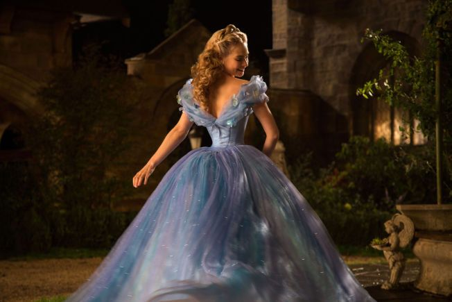 NYE ASKEPOTT: Lily James med en av kjolene i nyinnspillingen av klassikeren.