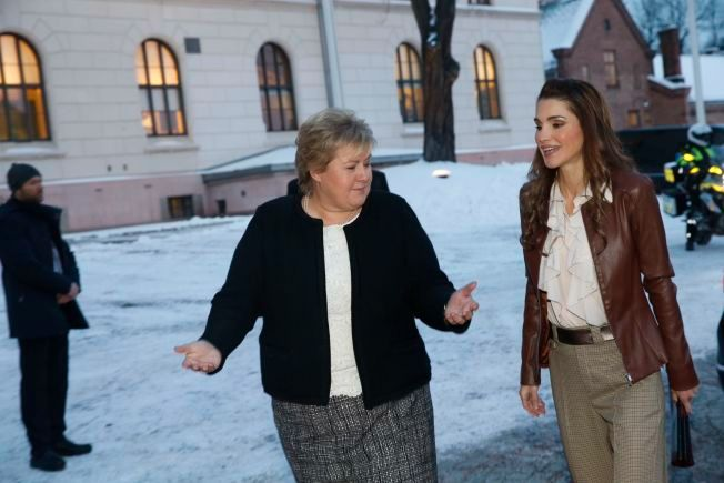 PÅ BESØK; Statsminster Erna Solberg (H) gikk selv ut i morgenkulden torsdag for å ta imot dronning Rania av Jordan.