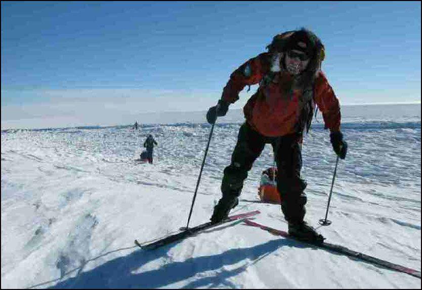 HARD TUR: Her passerer ekspedisjonen en av de sprekkene i isen på mellom 15 og 60 meter. Foto: Hvitserk eventyrreiser