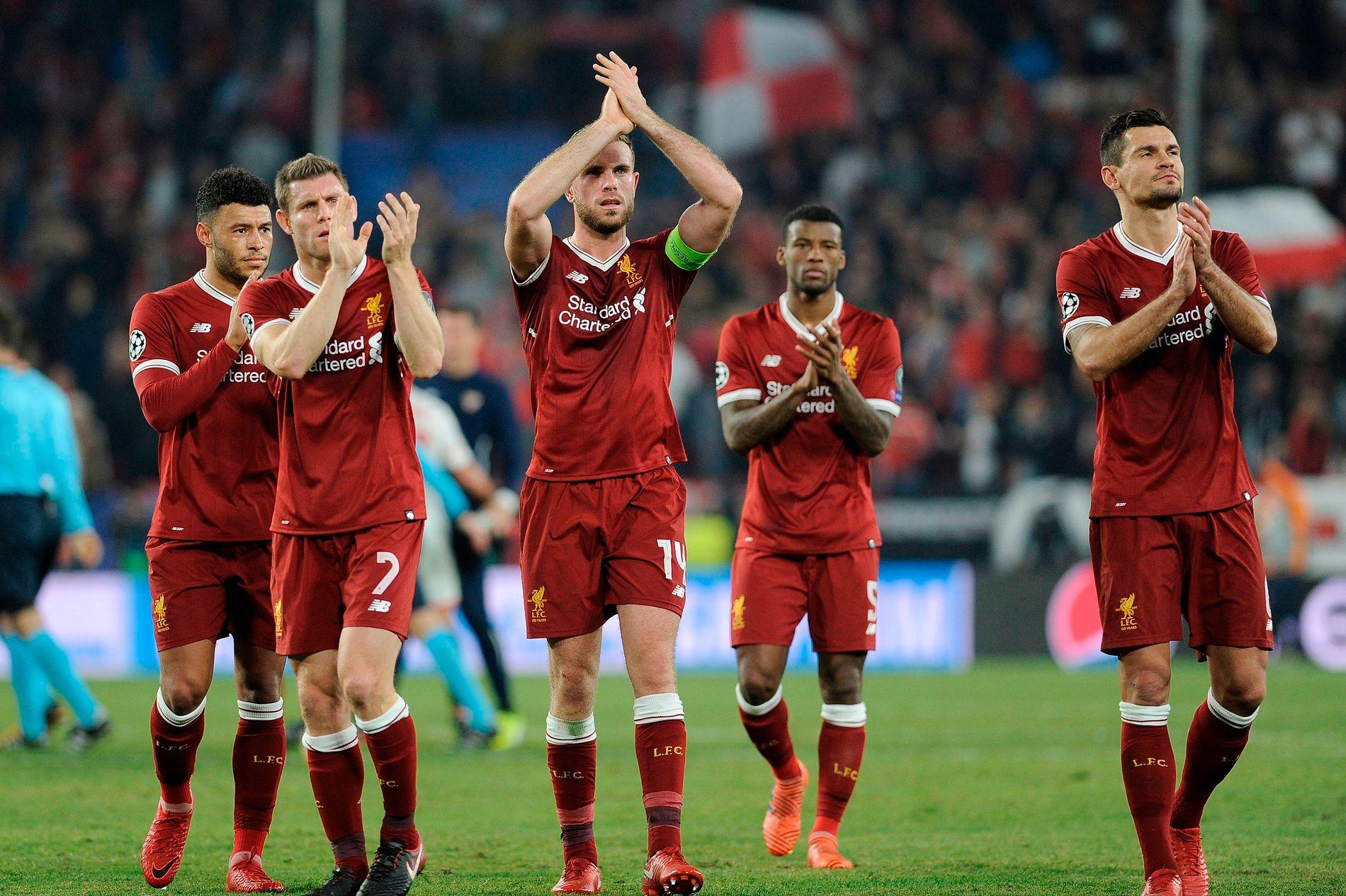 FALT SAMMEN: Liverpool-spillerne takker for støtten etter bortekampen mot Sevilla. En tilsynelatende trygg 3–0-ledelse ved pause ble til 3–3. Fra venstre Alex Oxlade-Chamberlain (nå skadet), James Milner, Jordan Henderson,  Georginio Wijnaldum og Dejan Lovren.