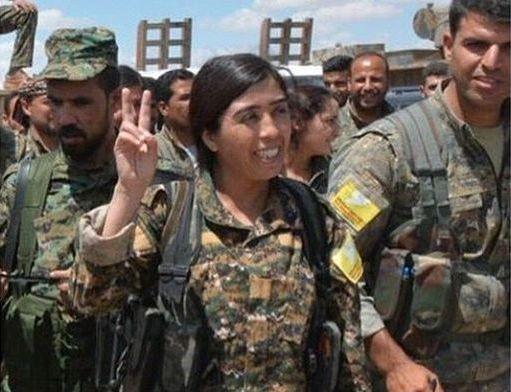 KRIGER: Rojda Felat leder sammen med en annen 15.000 soldater i kampen mot IS.