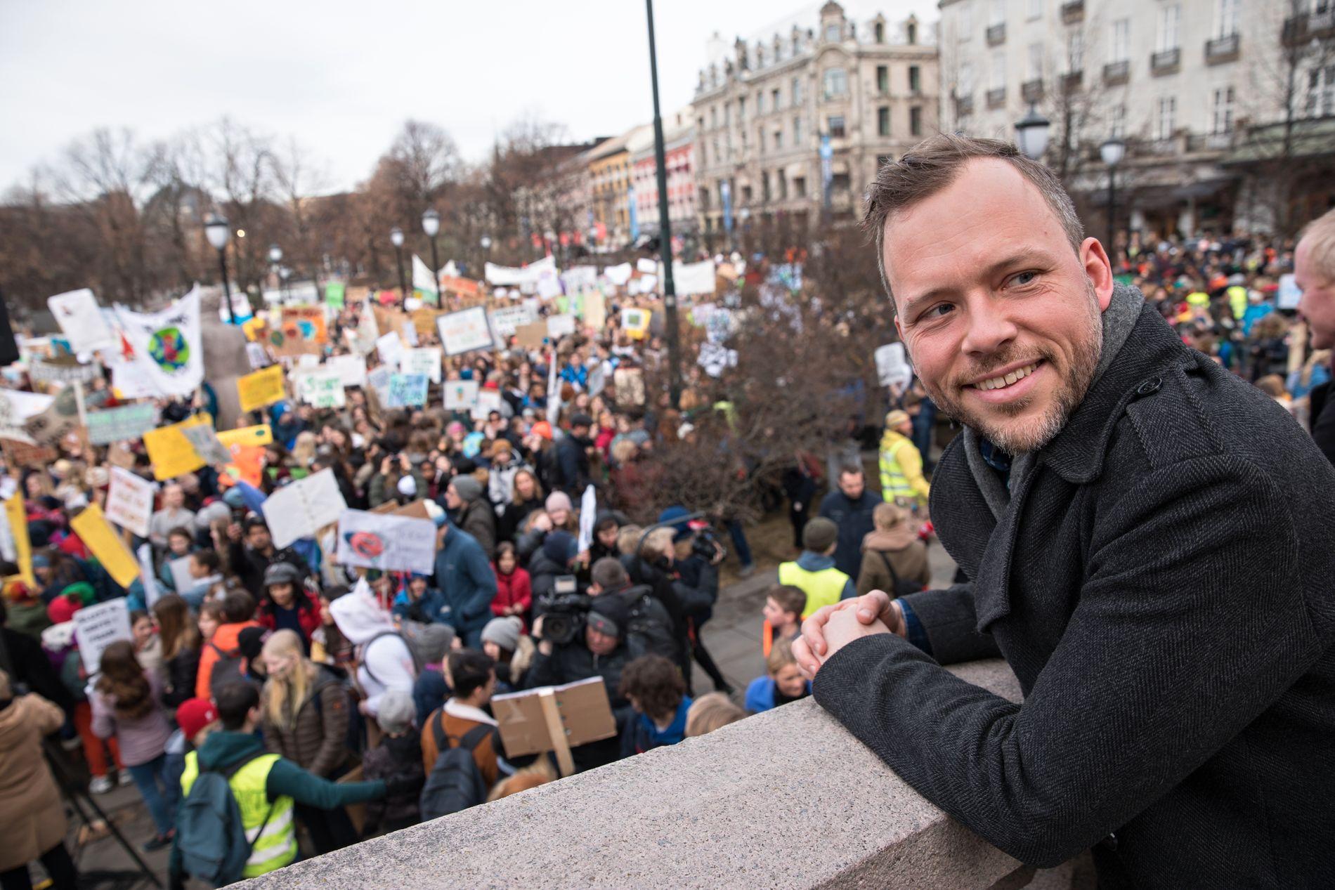 KLIMA: Audun Lysbakken følger med på demonstrasjonen utenfor Stortinget, der klimastreikende elever samlet seg forrige fredag.
