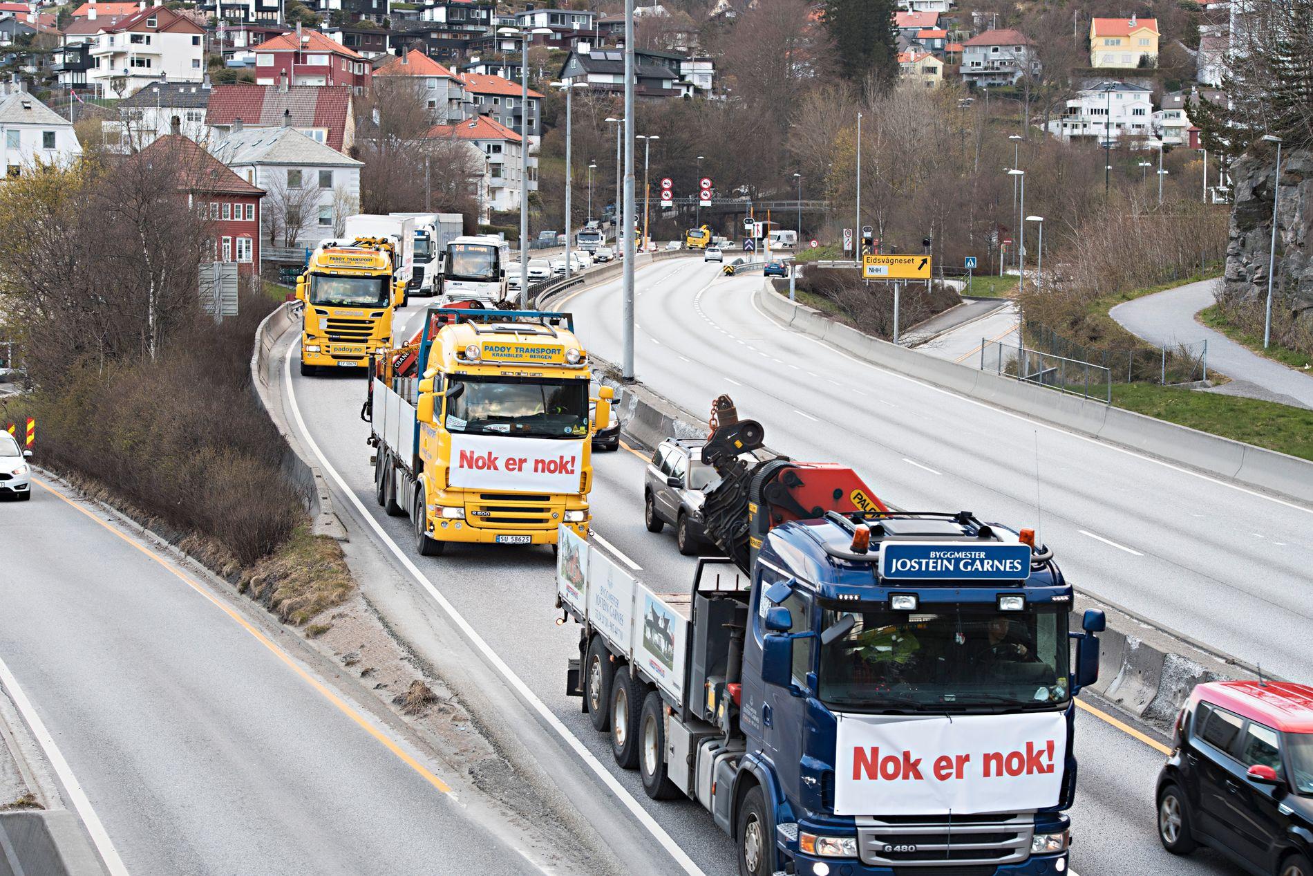 PROTEST: Striden om bompengeøkninger i Bergen har pågått over flere år. Her protesterer yrkessjåfører mot en økning i antall bomringer i april i fjor. Fra 2019