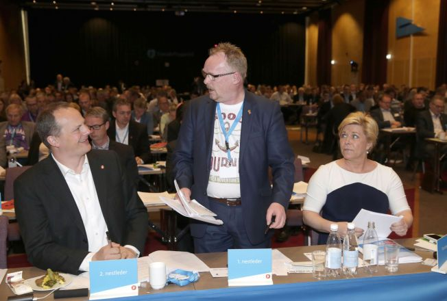 GJENVALGT: Ketil Solvik-Olsen (t.v) og Per Sandberg ble søndag gjenvalgt som nestledere i Fremskrittspartiet.Leder Siv Jensen var ikke på valg.