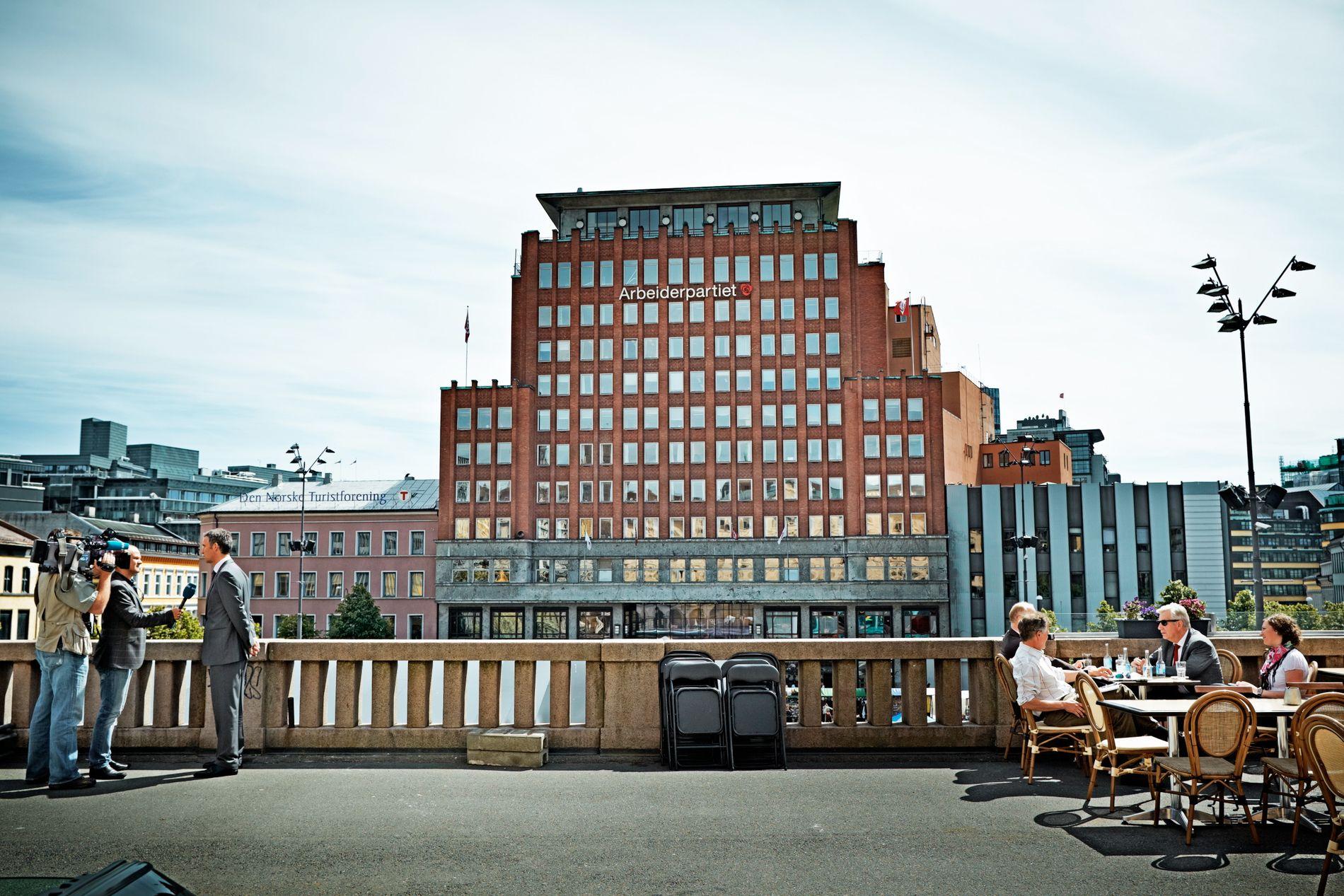 SLIPPER UNNA: Arbeiderpartiet, som selv sørget for eiendomsskatt i Oslo, slipper å betale for sitt eget hovedkontor. Bak i bildet vises Youngstorget 2, Aps hovedkontor på Youngstorget i Oslo.