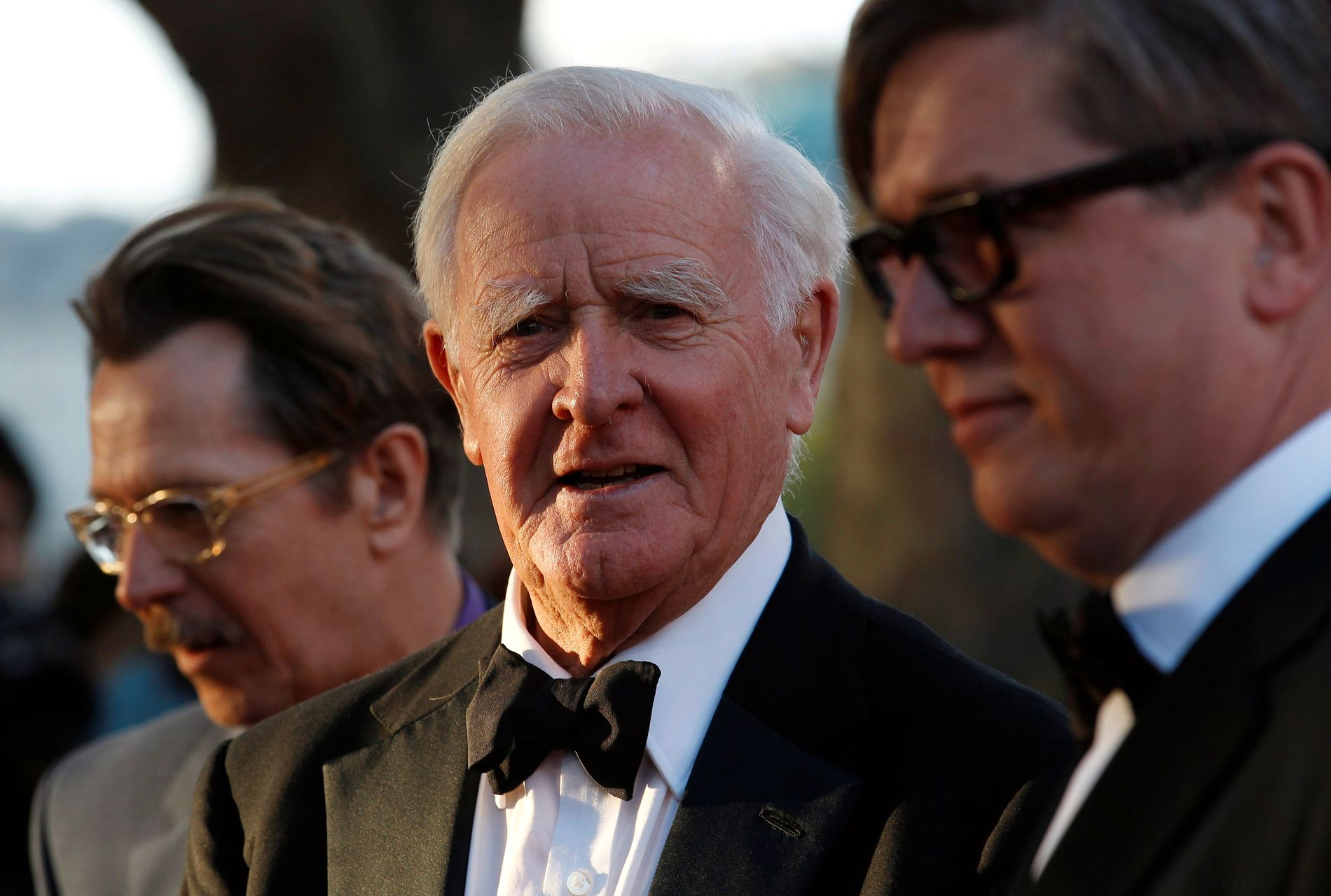 STORFILM: Tomas Alfredson (t.h.) sammen med skuespiller Gary Oldman og forfatteren John Le Carré på London-premieren på «Muldvarpen» i september 2011.