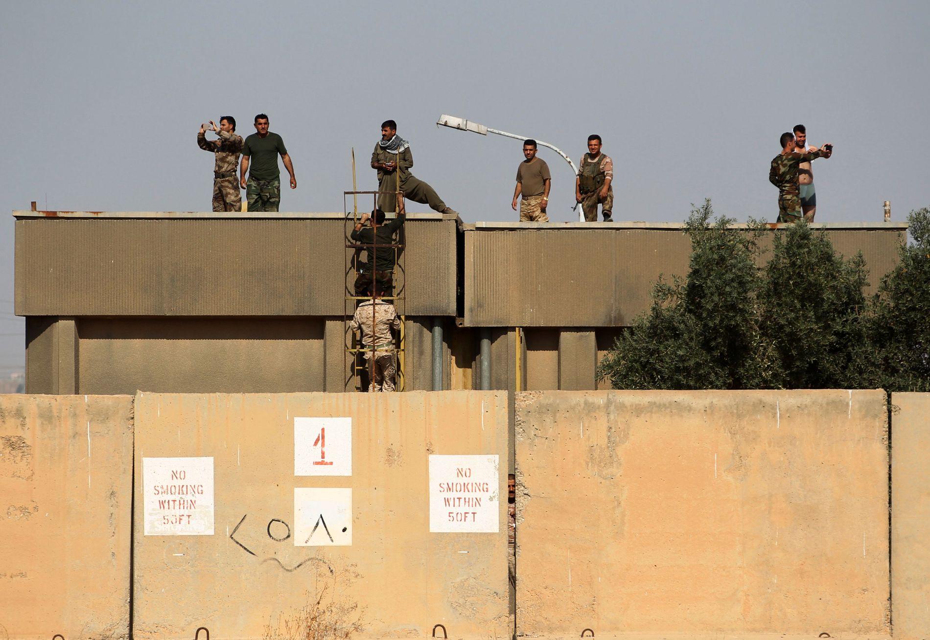 UTKIKKSPOST: Kurdiske peshmerga-styrker holder vakt fra taket av en bygning fra en av sine mange utposter ved Kirkuk.