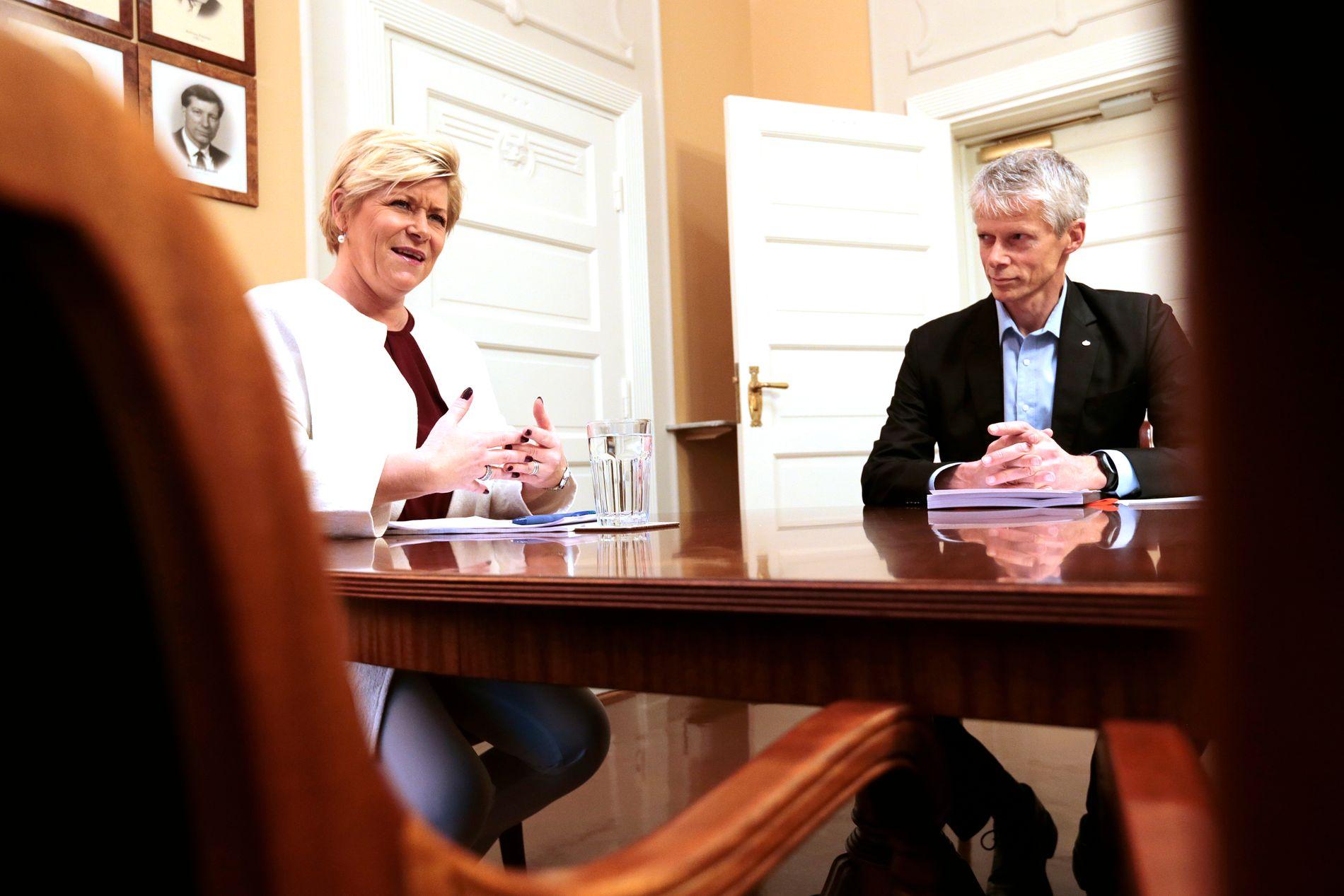 OPPFORDRER FOLK TIL Å SI FRA: Skattedirektør Hans Christian Holte sammen med finansminister Siv Jensen.