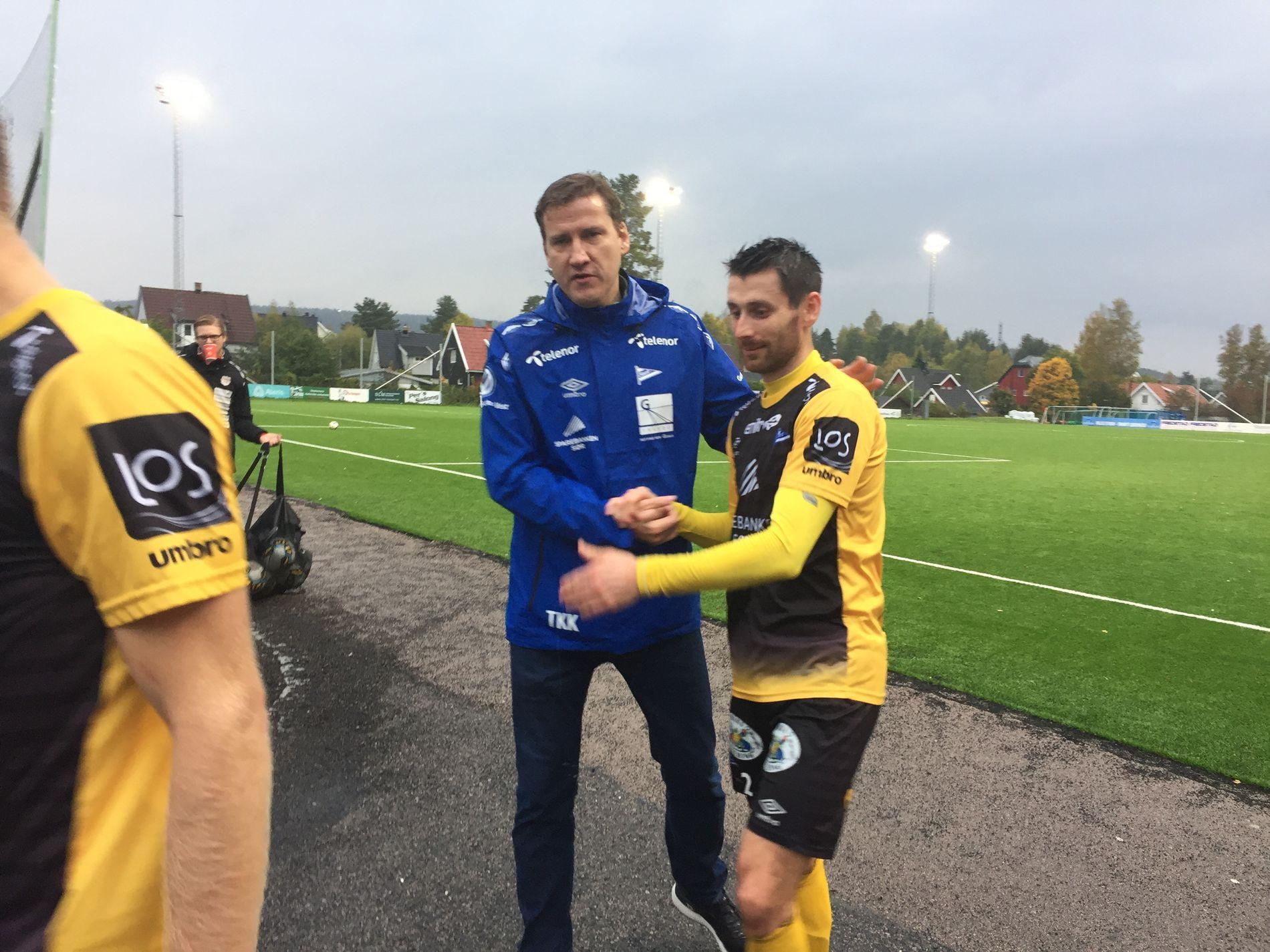 VIKTIG SEIER: Starts sportssjef Tor-Kristian Karlsen gratulerer Jens Kristian Skogmo med tre poeng mot Strømmen. Dermed ligger sørlendingene godt an til opprykk til Eliteserien.