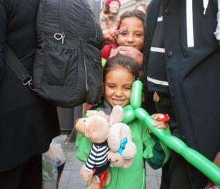 FIKK LEKER: Mange av de fremmøtte i München hadde tatt med godteri og leker de mange barna som har flyktet fra krigen i Syria.