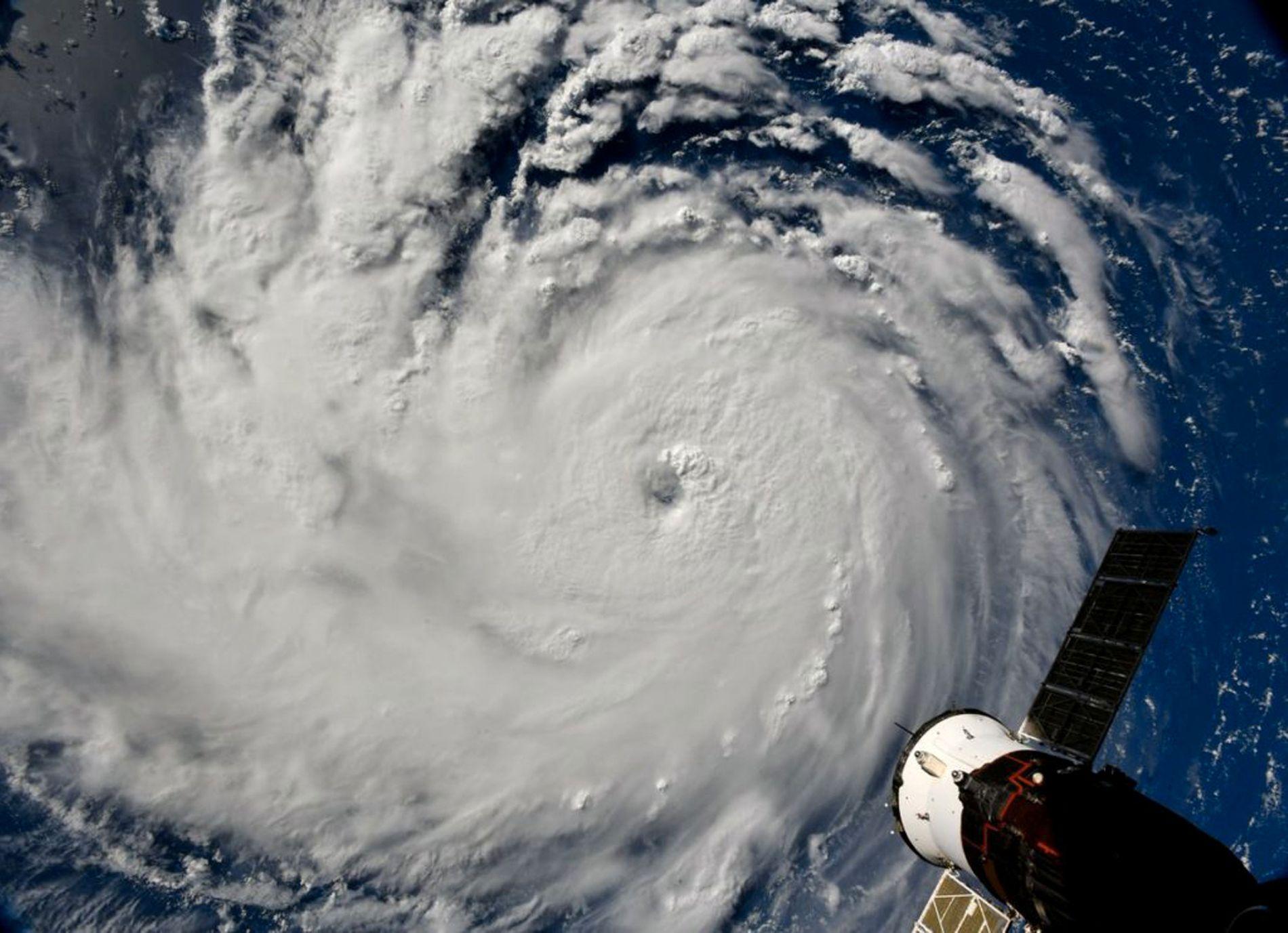 ORKAN: Stormen Florence har økt til kategori fire i vindhastighet. Orkanen er på vei inn mot USAs østkyst nå