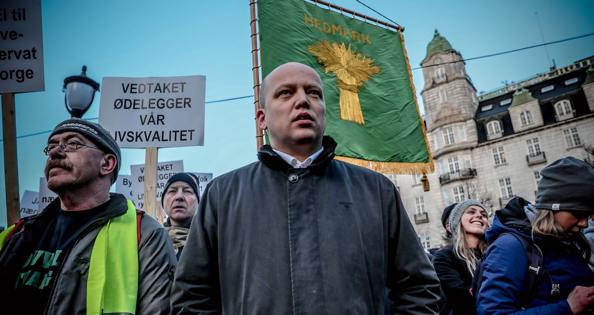 IKKE FORNØYD: Sp-leder og tidligere landbruksminister Trygve Slagsvold Vedum stilte skulder ved skulder med demonstrantene mot regjeringens ulvebeslutning på Eidsvolls plass onsdag.