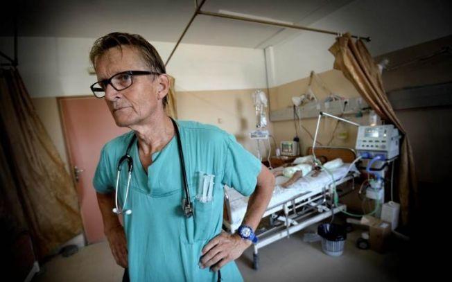 PÅ JOBB: Lege Mads Gilbert i arbeid på Shifa-sykehuset i Gaza under krigen i sommer.