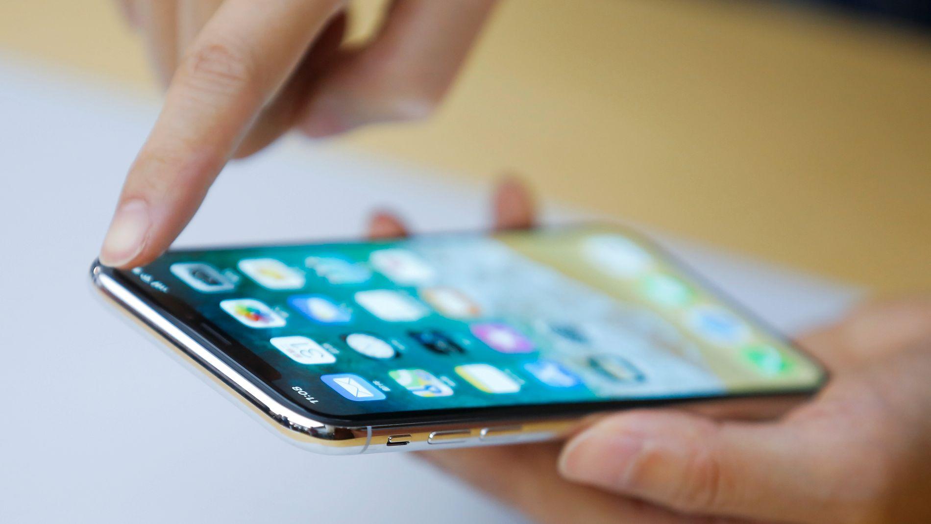 TREGERE: Har Apple gjort gamle iPhoner tregere med vilje, slik at kunder skal kjøpe nye og dyrere telefoner? Det skal franske myndigheter nå undersøke.
