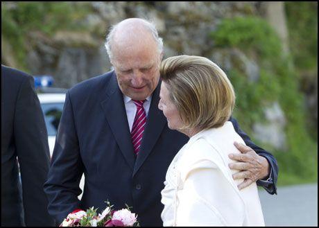 I DYP SORG: Kong Harald var svært preget da han snakket til det norske folk om bombeangrepet og skytingen på Utøya sent fredag. Her er kong Harald og dronning Sonja på Husøy tidligere år. Foto: Scanpix