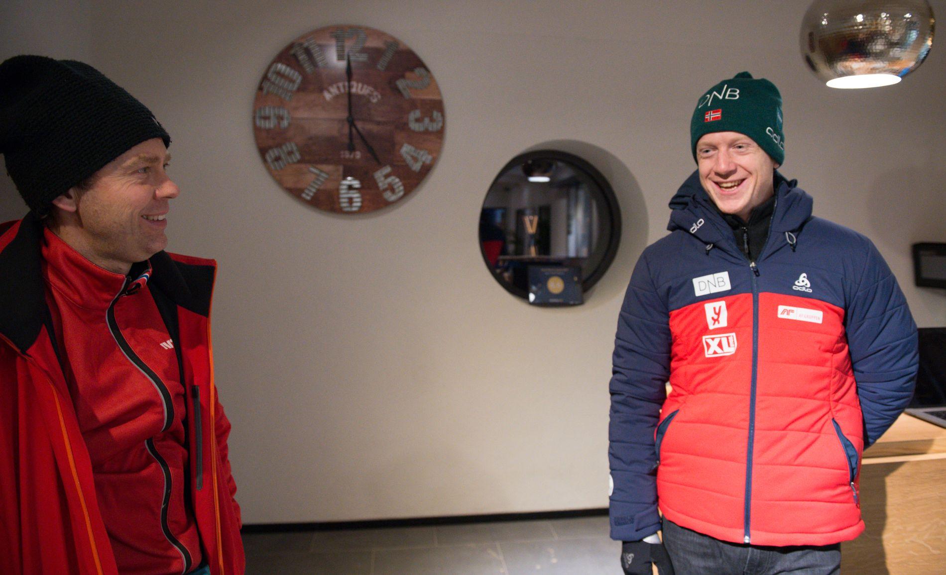 MUNTERT MØTE: Johannes Thingnes Bø (t.h.) tok en prat med NRK-ekspert Halvard Hanevold før onsdagens 20-kilometer.