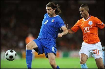 UTE: Andrea Barzagli har kontroll på Ibrahim Afellay her, men nå får han ikke spille mer i EM. Foto: AFP