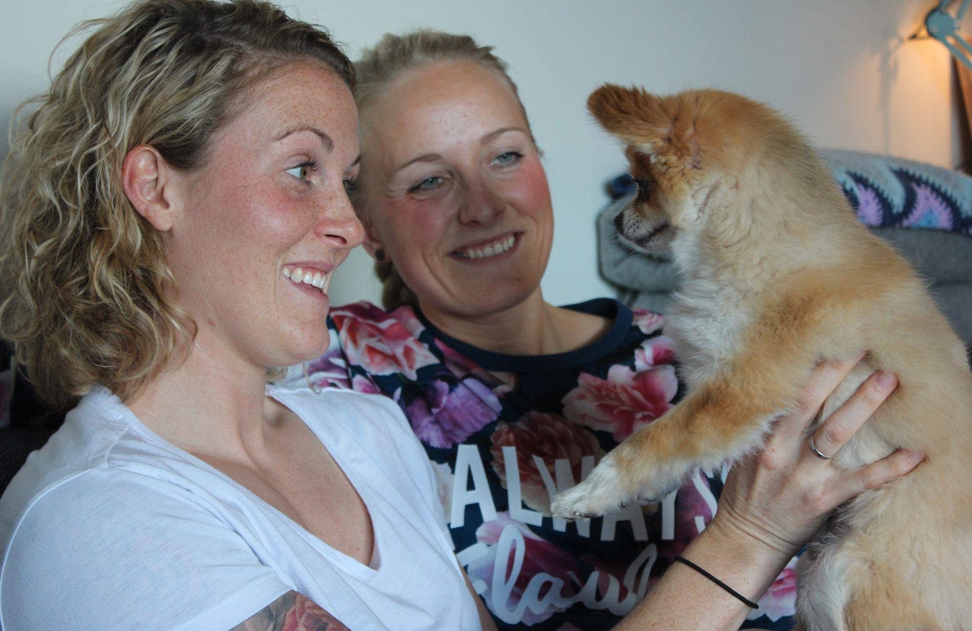 KINA-PROFF: Isabell Herlovsen er fotballproff i Kina, mens forloveden Christine Porsmyr Olsen fortsatt bor i Norge. Her er de sammen i Lillestrøm med hunden Leo for to år siden.