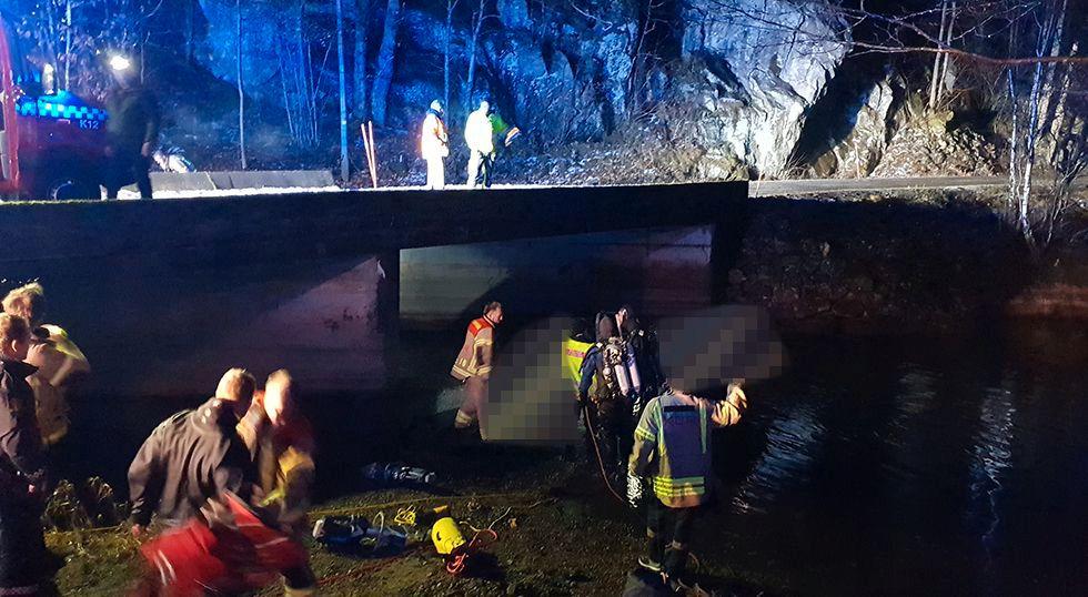 LIVLØS: en person ble funnet livløs i bilen som lå på taket i vannet.