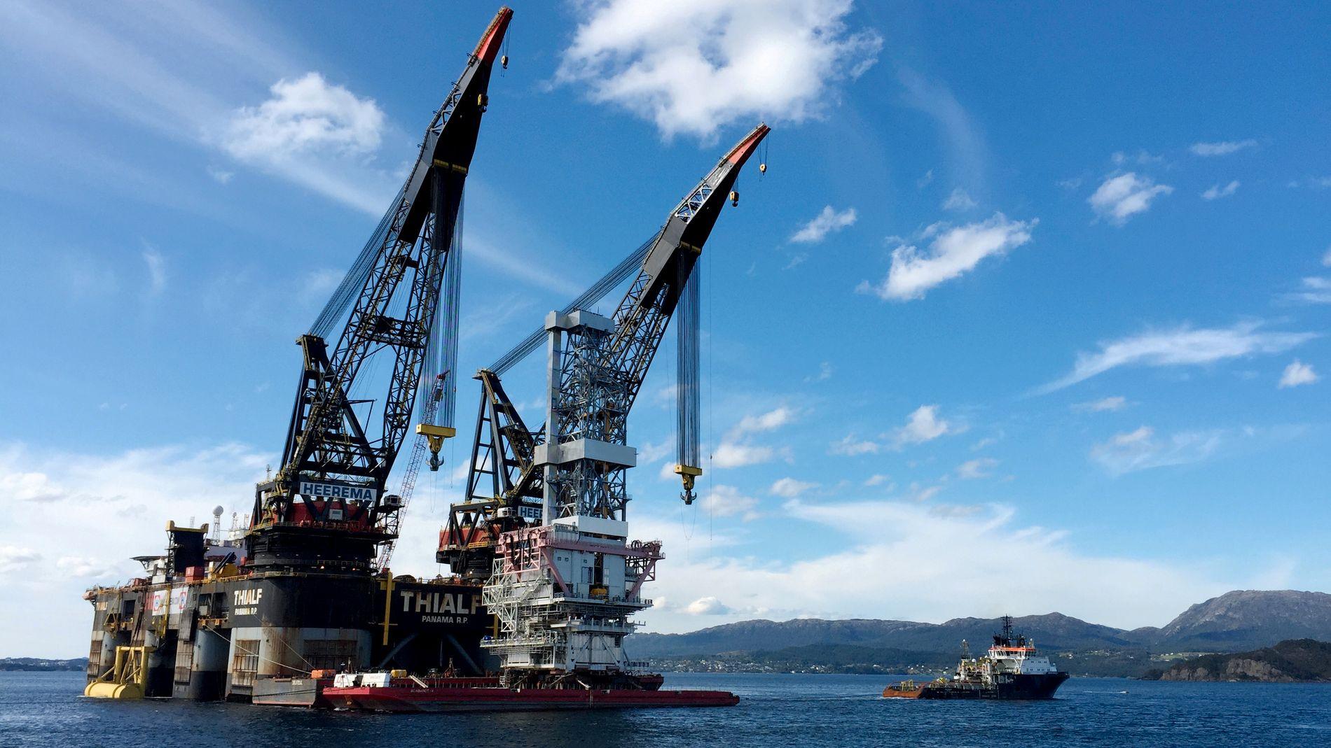 JEKKER OPP: Norges Bank jekker opp forventningene til oljeinvesteringene i 2019 og svakt opp for 2020, men venter lavere investeringer enn tidligere anslått i 2021 og 2022. Dette er boreplattformen på Johan Sverdrup-feltet, som ble installert i 2017.