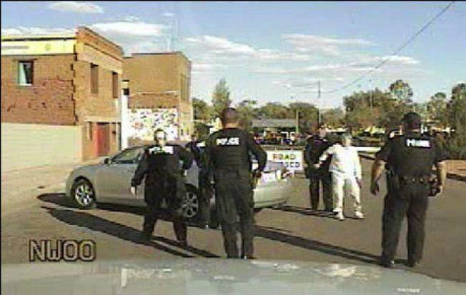 BLE PÅGREPET: Også John Kristoffers mor Liv Larsgard (68) ble arrestert av politiet i Arizona. Bildet stammer fra et kamera på innsiden av en politibil. Foto: Winslow Police Department Foto: