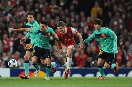 STRAKK MUSKEL: Xavi, her i duell med Jack Wilshere, strakk en leggmuskel under kampen mot Athletic Bilbao i helgen. Men han er forhåpentligvis tilbake før mesterligamøtet mot Arsenal 8. mars. Foto: PA Photos