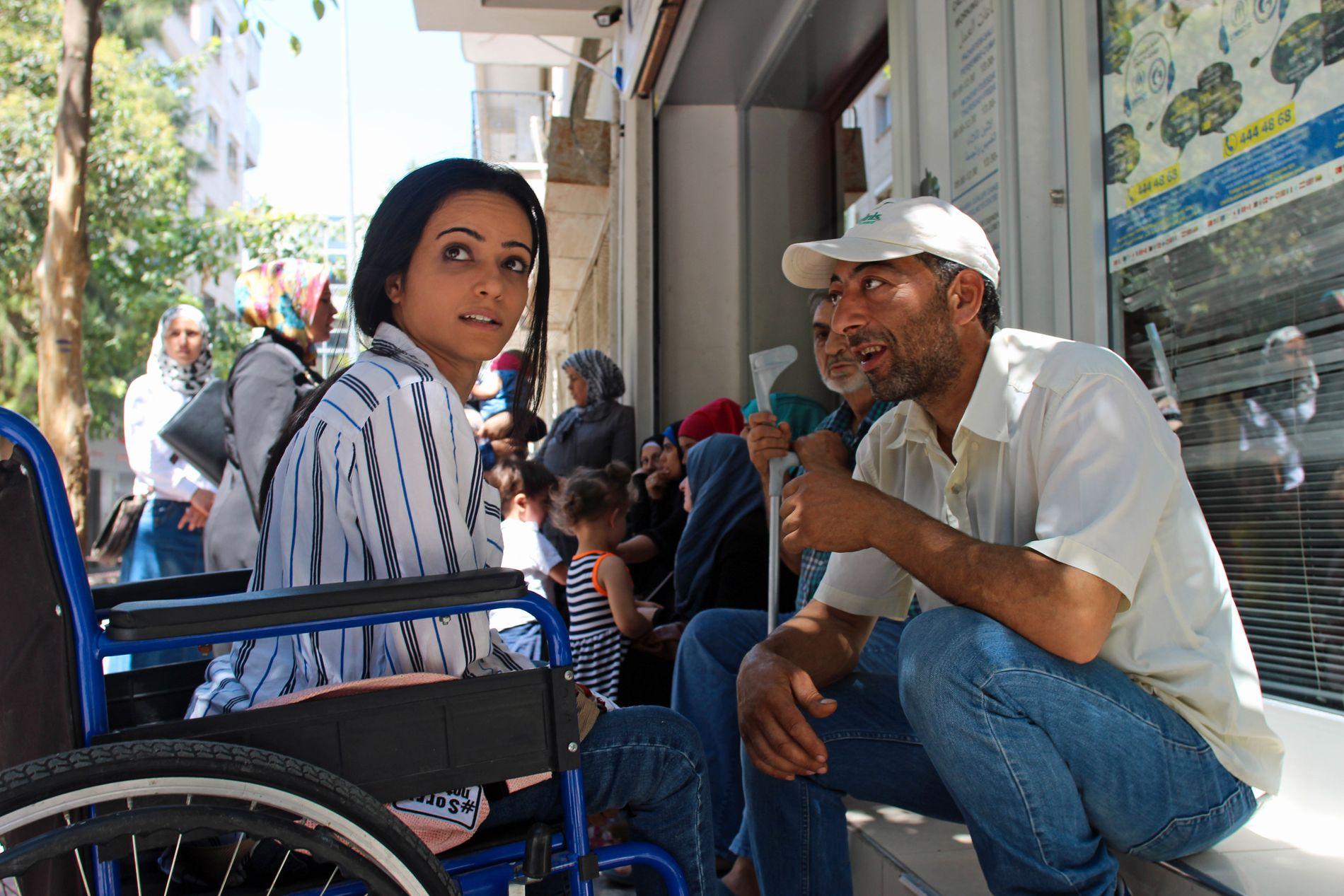 VENTER PÅ FN: Noor snakker med en nabo mens hun venter i kø utenfor det FN-tilknyttede ASAM-senteret i Izmir.