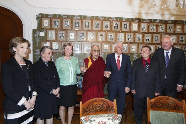 SAMLET: Nobelkomiteen samlet seg sammen med Dalai Lama onsdag. Foto: NTB SCANPIX