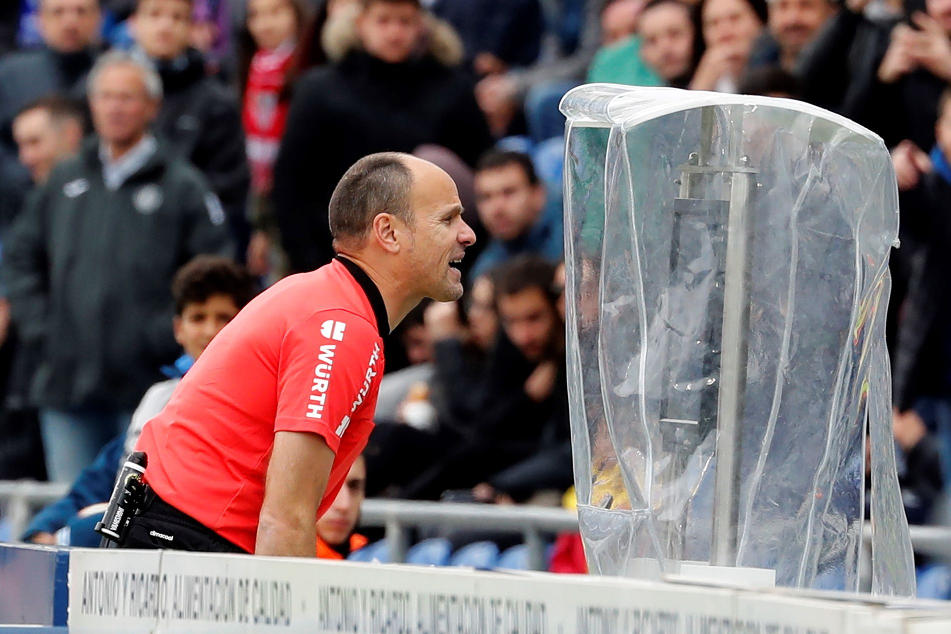 VIDEO KILLED THE REFEREE STAR? Spanske Mateu Lahoz foretar en såkalt «on field review» av en situasjon under La Liga-kampen mellom Sevilla og Getafe.