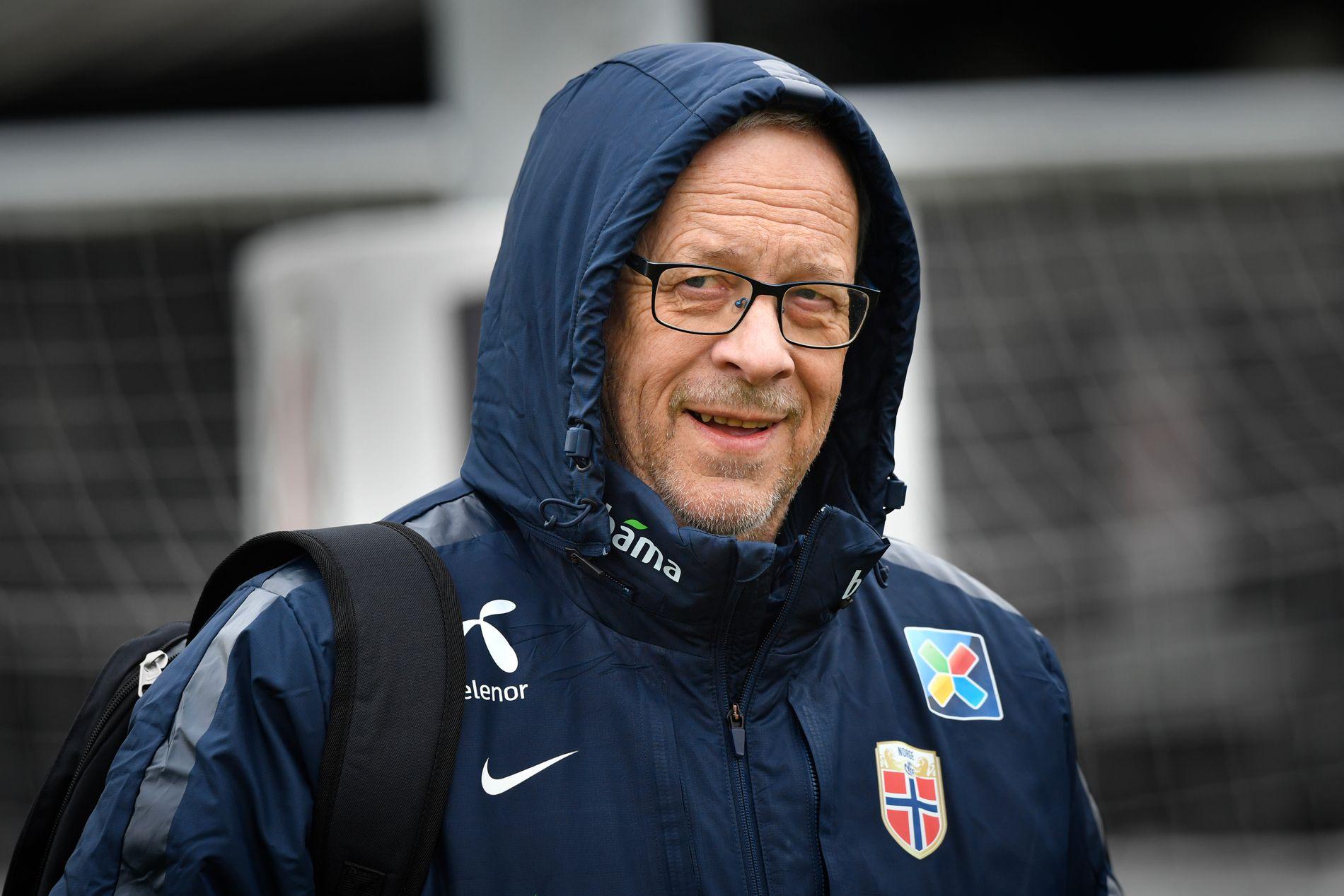 LATTERMILD: Lars Lagerbäck var i godt humør da han sa at Norge ikke er i stand til å spille som Manchester City.