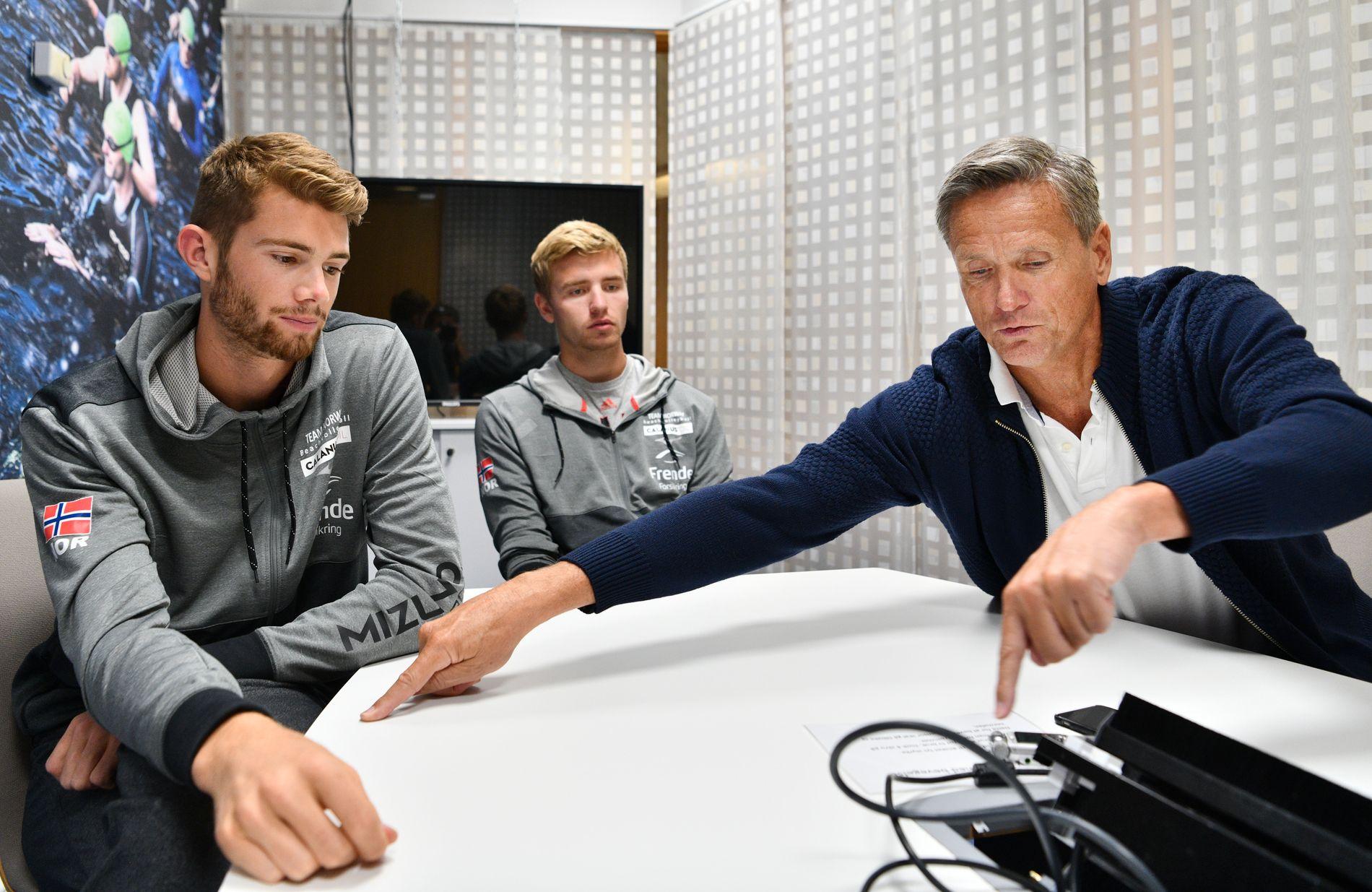 MØTEFORKLARING: Anders Mol (t.v.), og Christian Sørum følger med når Jan Kvalheim forklarer om kampbilder fra sandvolleyballbanen. Her sitter de sammen i et møtelokale i Norges idrettsforbund på Ullevaal stadion.