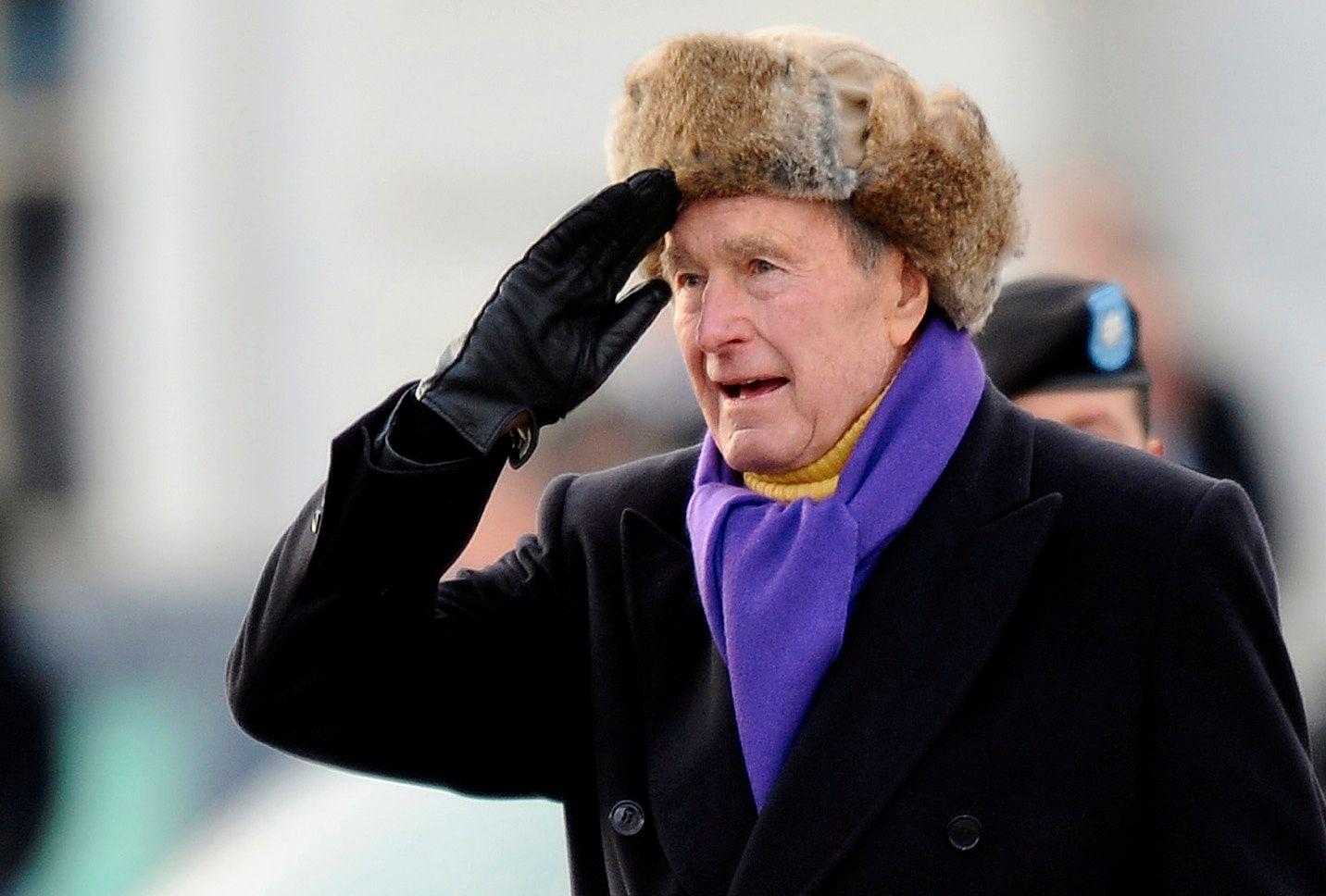MØTTE OPP FOR OBAMA: Tidligere president George H.W. Bush utenfor Kongressen i Washington på dagen da tidligere president Barack Obama inntok Det hvite hus i 2009.