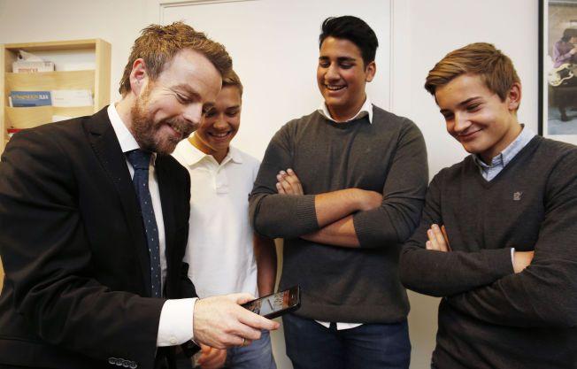 APP-LAUDERTE:  Kunnskapsminister Torbjørn Røe Isaksen var fra seg av begeistring for matte-appen som er utviklet av (fra venstre) Lars Lien Ankile, Vivek Kumar og Fredrik Shaughnessy Ahlborg.