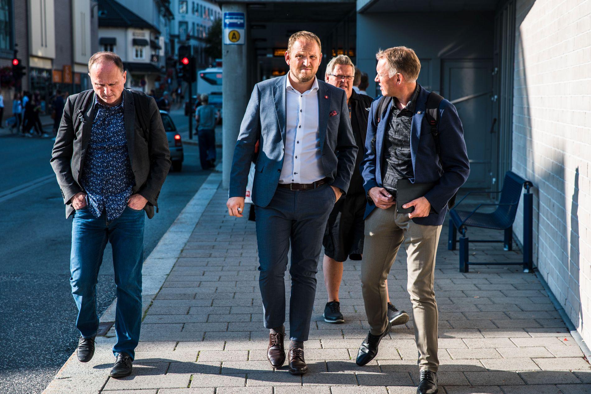 TYDELIG: Samferdselsminister Jan Georg Dale (Frp) på vei til debatt under Arendalsuka hvor han var klar på at han ikke vil ha veiprising.