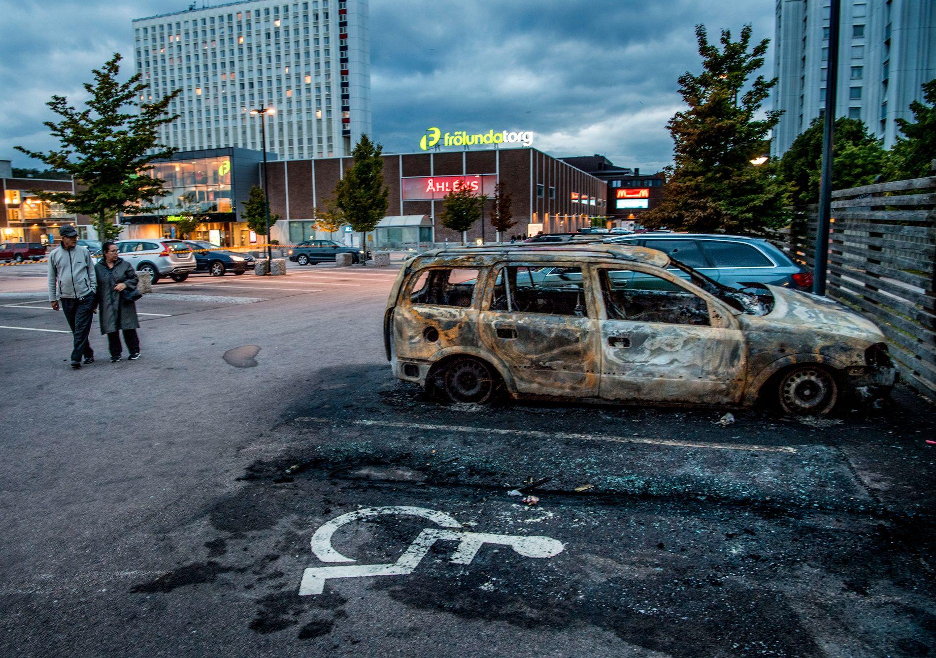 UTBRENT: Ved Frölunda torg står det flere utbrente biler etter mandagens hendelse.